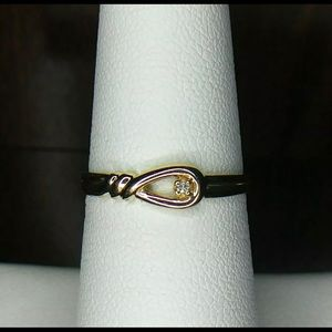 Jewelry - Solid 14kYG diamond love knot ring